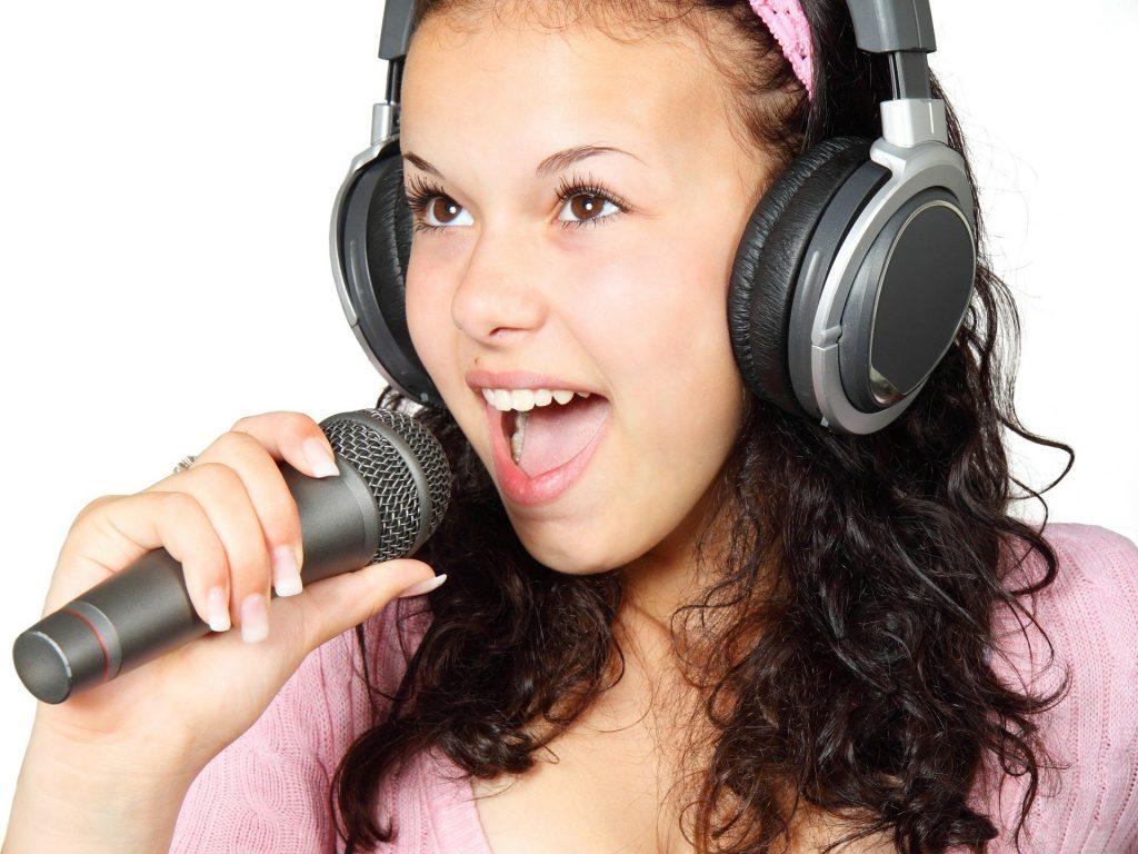 歌を歌う少女